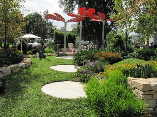 A prize-winning garden at the Melbourne Garden Show… large round stepping stones lead the eye to a rather stunning orange coloured leaf sculpture.