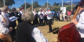 The Dante Musica Viva choir sings al fresco