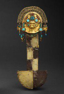Tumi [Sacrificial knife] in gold, silver, chrysocolla, turquoise, lapis lazuli and spondylus. Photo: Daniel Giannoni