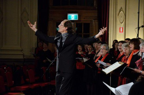 Roland Peelman conducting, photo Peter Hislop