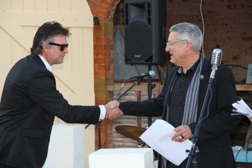 Harrison (l) receives YASSarts' 2014 'Sculpture in the Paddock' prize from Prof David Willi mans, photo by Therese van Leeuwin