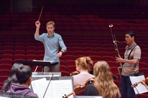 Leonard Weiss conducting, photo Peter5 Hislop