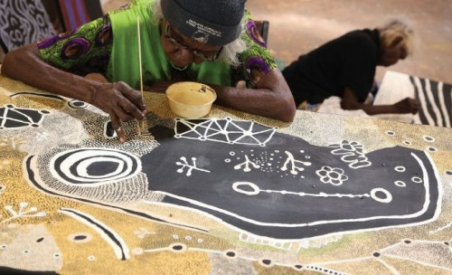 Martha McDonald Napaltjarri (in foreground) and Mona Nangala painting at Papunya Tjupi art centre, Papunya ,2015. Photograph: Helen Puckey