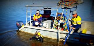 divers at the captain cook memorial jet